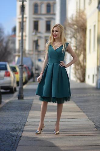 Sukienki W Kolorze Butelkowej Zieleni Must Have Ktory Pokochaly Kobiety Jakie Stylizacje I Dodatki Wybrac Portal Dla Kobiet