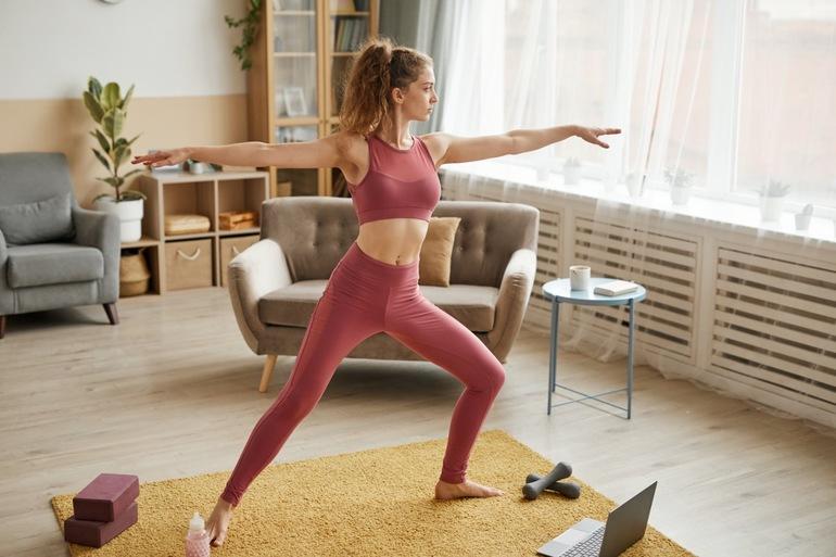 Jak ćwiczyć w domu? Czy trening w domu daje efekty?