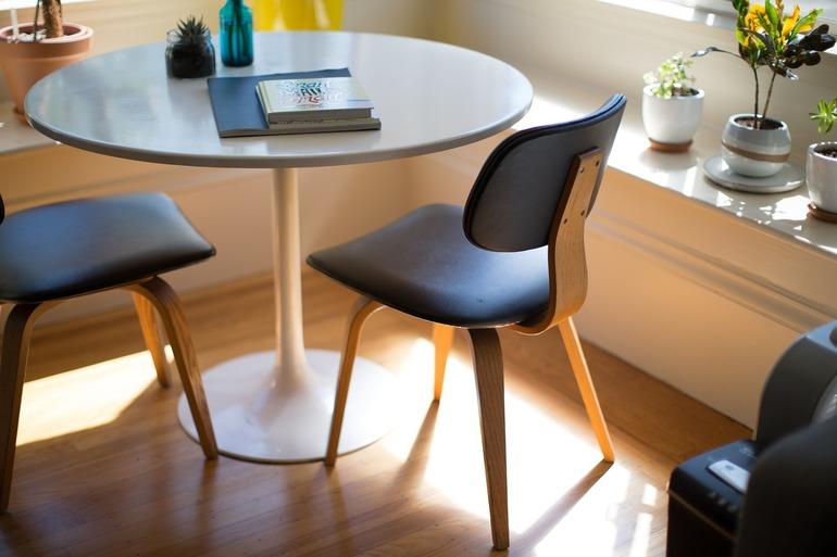 Krzesła skandynawskie, czyli jakie? Co je wyróżnia i dlaczego warto je kupić?